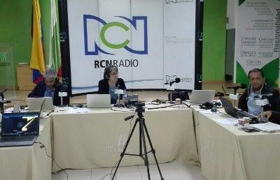 Yolanda Ruiz y su mesa de trabajo de RCN Radio desde Manizales